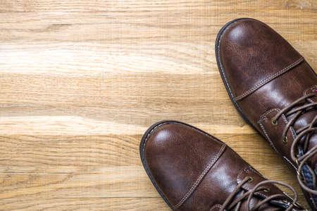 Herrenschuhe aus Leder auf Holzuntergrund