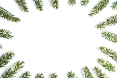 Tannenzweige auf weißem Hintergrund. Weihnachtsvorlage