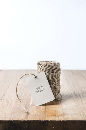 A ball of rope and a tag on a wooden table. Template for text Banque d'images