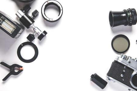 Ancien appareil photo et accessoires photo sur fond blanc
