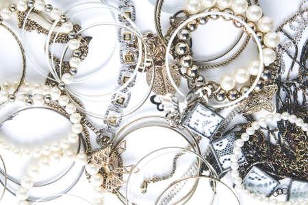 Bijoux pour femmes sur fond blanc