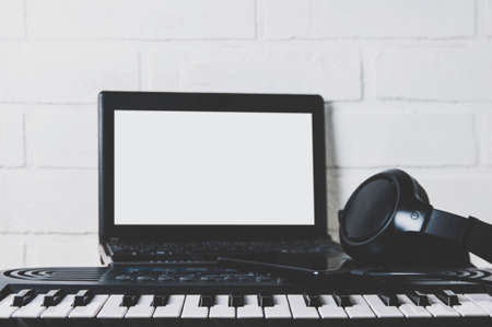 Synthesizer and laptop. The concept of a home Studio or recording Foto de archivo