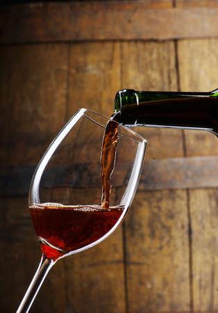 bodegas: copa de vino con el barril