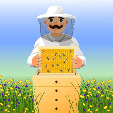 Imker op bijenstal. Een man in een wit imkerpak werkt in de buurt van een bijenkorf. Zonnige zomerdag op een bloeiende weide.