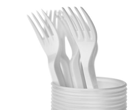 Tenedores de plástico sobre fondo blanco