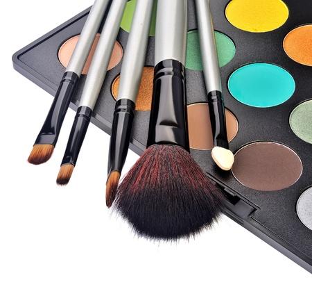 trucco: trucco spazzola e cosmetici, su uno sfondo bianco isolato