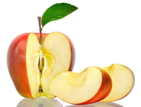 manzana roja: rojo las manzanas con el corte y las hojas verdes aisladas sobre fondo blanco