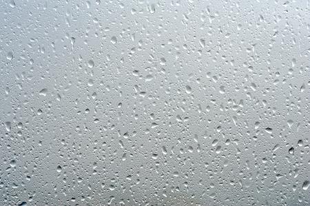 kropla deszczu: Krople deszczu na jasnym oknie