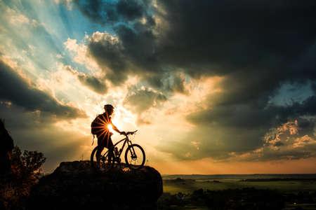 Silhouette eines Fahrrades am Himmel Hintergrund auf Sonnenuntergang Standard-Bild - 42787105