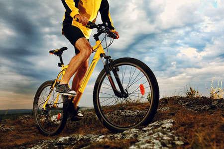 Mountain Bike Radfahrer Reiten einzelnen Spur im Freien Standard-Bild - 42989856