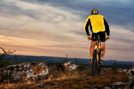 Mountain Bike Radfahrer Reiten einzelnen Spur im Freien Standard-Bild - 42990012