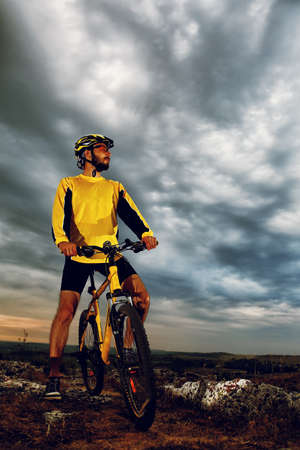 Mountain Bike cyclist riding single track outdoor Imagens - 42990014