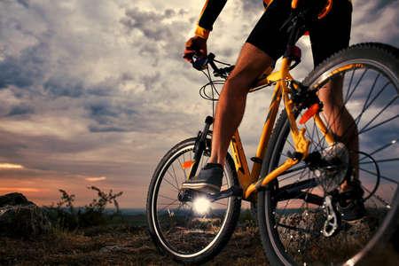 ciclista: Ciclista Mountain Bike riding sola pista al aire libre Foto de archivo