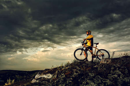 Mountain Bike Radfahrer Reiten einzelnen Spur im Freien Standard-Bild - 42989851