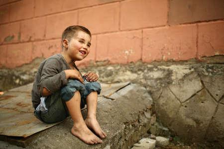 niños abandonados: solo triste niño jugando en una calle