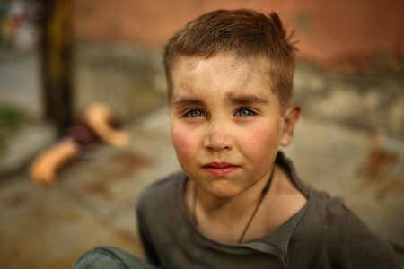occhi tristi: alone bambino triste che gioca su una strada Archivio Fotografico