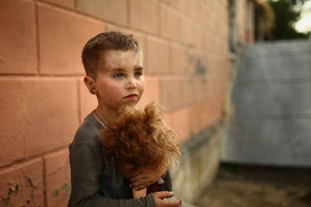 Allein trauriges Kind spielt auf einer Straße Standard-Bild - 43271795