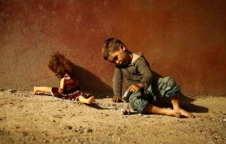 Allein trauriges Kind spielt auf einer Straße Standard-Bild - 43271803