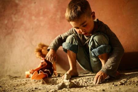 ojos tristes: solo triste niño jugando en una calle
