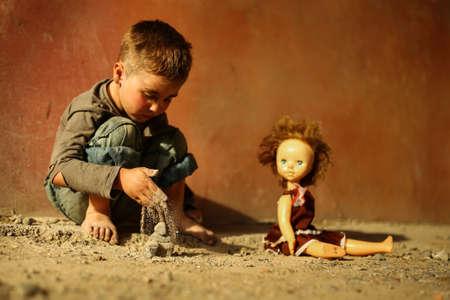 Allein trauriges Kind spielt auf einer Straße Standard-Bild - 43271808