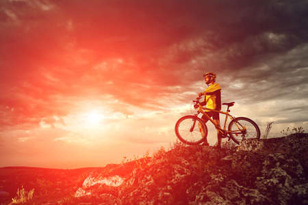 Mountain Bike Radfahrer Reiten einzelnen Spur im Freien Standard-Bild - 44841990
