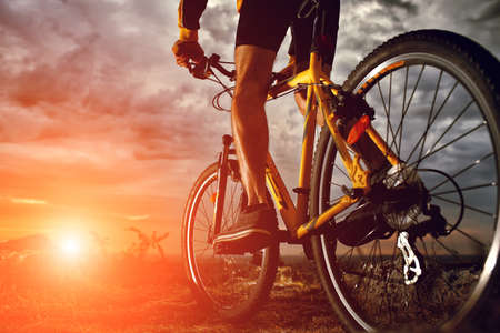 fitness hombres: Ciclista Mountain Bike riding sola pista al aire libre Foto de archivo