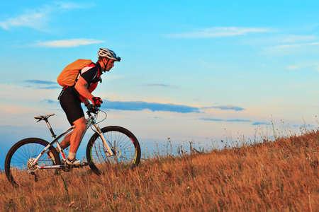 Mountain Bike Radfahrer Reiten einzelnen Spur im Freien Standard-Bild - 44695860
