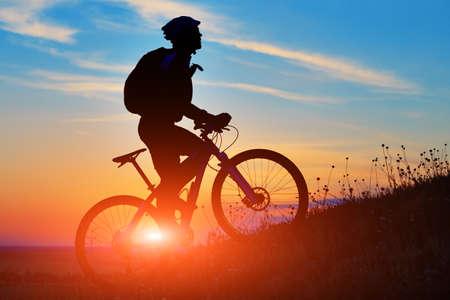 Silhouette eines Fahrrades auf Himmel Hintergrund auf Sonnenuntergang Standard-Bild - 44958305