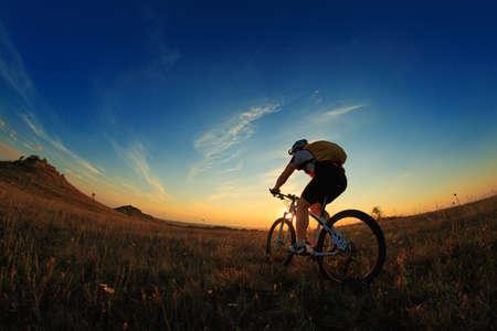 Silhouette eines Fahrrades am Himmel Hintergrund auf Sonnenuntergang Standard-Bild - 45393486