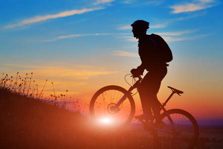Silhouet van een fiets op hemel achtergrond op zonsondergang Stockfoto