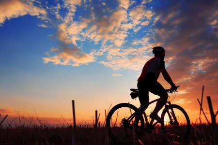 Silhouette eines Fahrrades auf Himmel Hintergrund auf Sonnenuntergang Standard-Bild - 45892876
