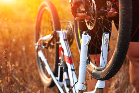 Fahrradreparatur. Junger Mann, die Reparatur Mountainbike im Wald Standard-Bild - 48404461