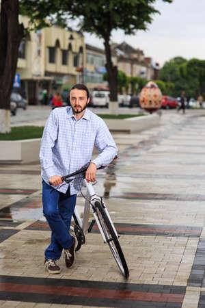 fixed: personas, estilo, ocio y estilo de vida - hombre inconformista joven con la bici de piñón fijo en la calle de la ciudad