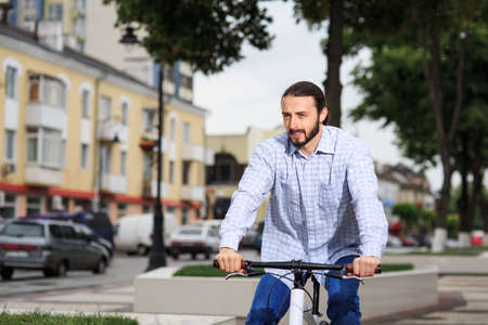 fixed: personas, estilo, ocio y estilo de vida - hombre inconformista joven con la bici de pi��n fijo en la calle de la ciudad