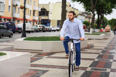 clavados: personas, estilo, ocio y estilo de vida - hombre inconformista joven con la bici de pi��n fijo en la calle de la ciudad