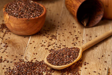 Wooden spoon with flax seeds on rustic background, top view, close-up, shallow depth of field, selective focus Banque d'images