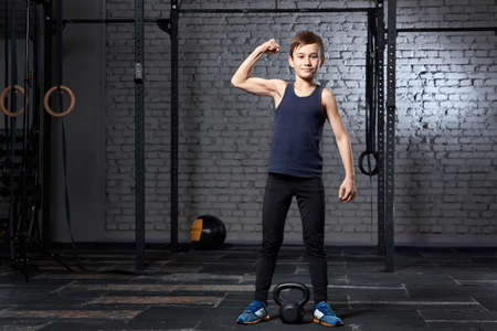 Training and sport. Kid in crossfit gym. Healthy lifestyle. Standard-Bild - 112357832