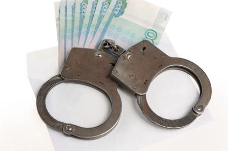 fraudster: Manette e busta bianca con i soldi isolato