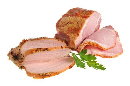 turkey bacon: Fette di pancetta e tacchino con foglie verdi di prezzemolo isolato su sfondo bianco