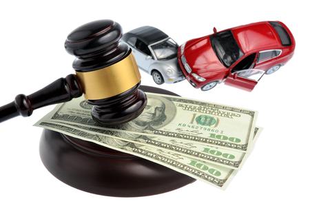 Hamer van de rechter met geld en speelgoed auto geïsoleerd op witte achtergrond Stockfoto