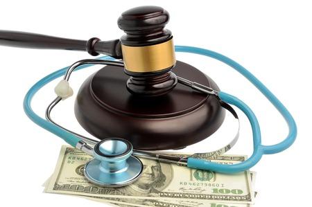 fraudster: Stetoscopio con il giudice martelletto, soldi isolato su sfondo bianco Archivio Fotografico