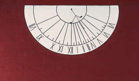 reloj de sol: Reloj de sol Muro Foto de archivo