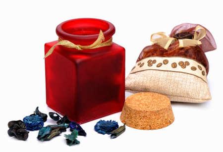 aromatický: Sáček - aromatické byliny v různých balíčků na bílém pozadí Reklamní fotografie