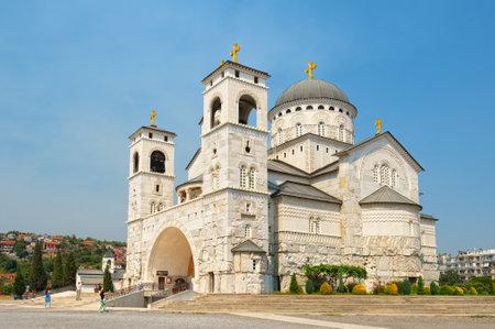 Hoofdstad van Montenegro is Podgorica. Uitzicht op de kathedraal van de opstanding van Christus, mijlpaal Redactioneel
