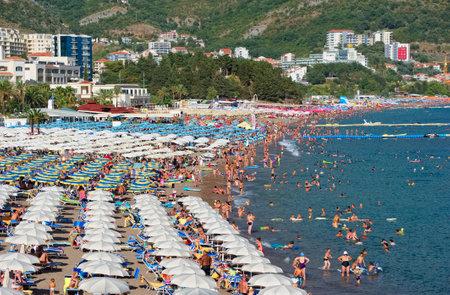 몬테네그로, Becici-2018 년 8 월 12 일 : 리조트 타운 Becici, Budva Riviera의 붐비는 해변의 전망