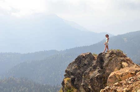 СОЧИ, РОССИЯ сентября 2015: Женщина любуясь горным пейзажем, Сочи, Россия Редакционное