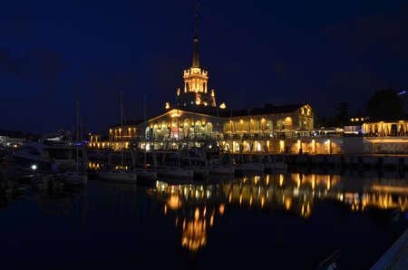 СОЧИ, РОССИЯ СЕНТЯБРЯ, 2015: Морской порт Сочи в сентябрьскую ночь.