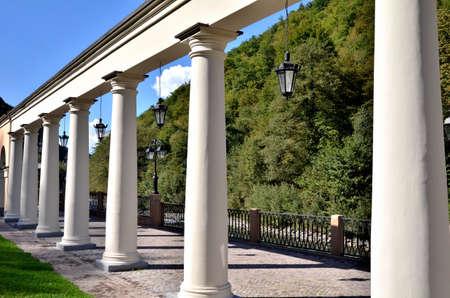 Вид на набережную с колоннадой реки Mtsesta, Красная Поляна, Сочи, Россия. Фото со стока