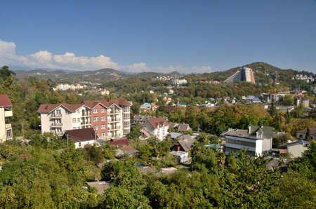 СОЧИ, РОССИЯ - СЕНТЯБРЬ 2015: Городской пейзаж Сочи и горы