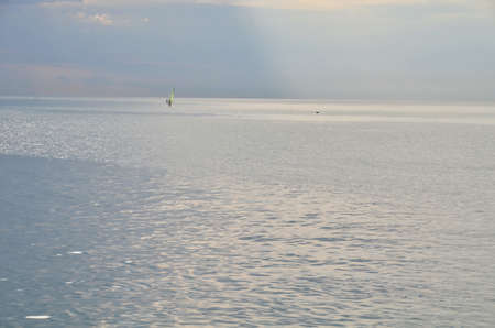 Одинокий мужчина и в море. Сочи, Россия Фото со стока - 53545892